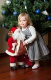 克劳斯逗人喜爱的女孩小的圣诞老人&# 免版税库存图片