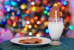 克劳斯饮用的姜饼人牛奶圣诞老人 图库摄影