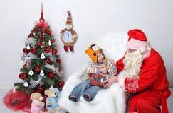 克劳斯・圣诞老人 父亲孩子圣诞节愿望圣诞树的 在一个空白背景 免版税库存照片