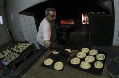 贝克在古色古香的面包店019的工作 库存图片