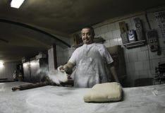 贝克在古色古香的面包店014的工作 免版税库存照片