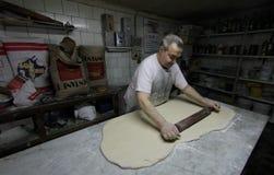 贝克在古色古香的面包店007的工作 免版税库存照片