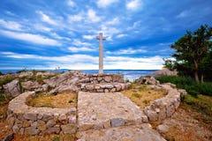 克尔克岛十字架海岛由海的在Stara巴斯卡村庄 免版税图库摄影