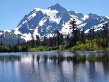 贝克山反射在图片湖, WA 库存图片