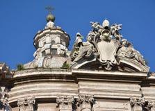 巴洛克式的圆顶灯笼和教皇徽章 免版税库存图片