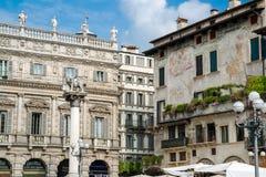 巴洛克式的宫殿Maffei的细节用几个雕象装饰了 库存图片
