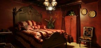 巴洛克式的红色卧室 库存图片