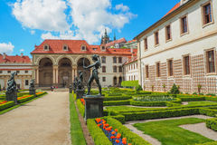 巴洛克式的Wallenstein宫殿在布拉格,当前居家捷克参议院和它的法国庭院的看法在春天 免版税库存照片