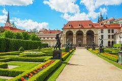 巴洛克式的Wallenstein宫殿在布拉格,当前居家捷克参议院和它的法国庭院的看法在春天 免版税库存图片