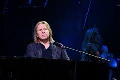 维克托Drobysh在阶段的钢琴执行在维克托Drobysh第50个年生日音乐会期间在巴克来中心 免版税库存图片