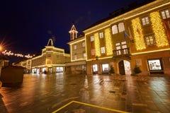 克拉尼,斯洛文尼亚- 2017年12月13日:出现与圣诞节装饰照明设备的12月夜在克拉尼 免版税库存图片