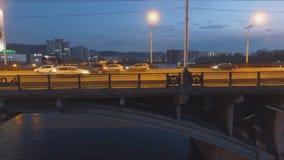 克拉斯诺亚尔斯克,俄罗斯- 3可以, 2018年:桥梁的夜全景的鸟瞰图在的河和继续前进的汽车的 股票录像