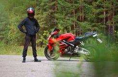 克拉斯诺亚尔斯克,俄罗斯- 2017年8月09日:佩带a的摩托车骑士 库存照片