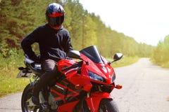 克拉斯诺亚尔斯克,俄罗斯- 2017年8月09日:佩带a的摩托车骑士 免版税库存照片