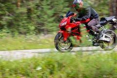 克拉斯诺亚尔斯克,俄罗斯- 2017年8月09日:佩带a的摩托车骑士 库存图片