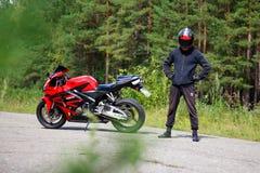 克拉斯诺亚尔斯克,俄罗斯- 2017年8月09日:佩带a的摩托车骑士 免版税图库摄影