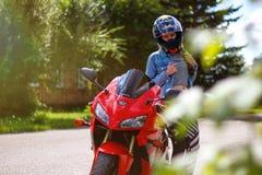 克拉斯诺亚尔斯克,俄罗斯- 2017年8月09日:女孩摩托车骑士weari 免版税库存图片