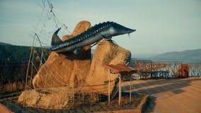 克拉斯诺亚尔斯克,俄罗斯9月30日2018年:纪念碑大型食用鱼,叶尼塞河的观察台 影视素材