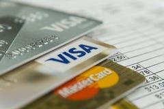 克拉斯诺达尔,俄罗斯- 2017年10月30日:万事得卡和信用卡在发货票付款的 图库摄影