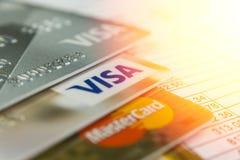 克拉斯诺达尔,俄罗斯- 2017年10月30日:万事得卡和信用卡在发货票付款的 免版税库存图片