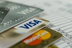 克拉斯诺达尔,俄罗斯- 2017年10月30日:万事得卡和信用卡在发货票付款的 库存图片