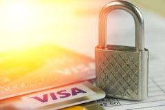 克拉斯诺达尔,俄罗斯- 2017年10月30日:信用签证和万事得卡的保护反对黑客攻击 免版税图库摄影
