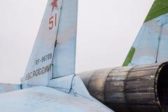 克拉斯诺达尔,俄罗斯- 2017年2月23日:Su35战斗机的后部 指点挡水板 喷气机引擎的喷管琥珀色的wi 免版税图库摄影