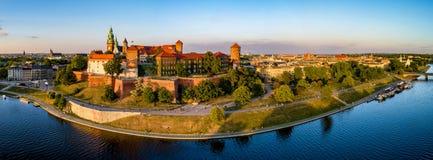 克拉科夫、波兰, Wawel城堡和维斯瓦河宽全景  库存照片