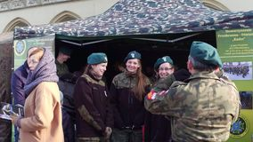 克拉科夫、波兰- 1月、14个, 2017个女性波兰军校学生和他们的司令员 WOSP军事显示 库存图片