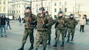 克拉科夫、波兰- 1月, 14个, 2017年前进的男性和女性波兰军校学生 WOSP军事显示 免版税库存图片