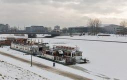 克拉科夫与维斯瓦河,波兰的冬天都市风景 图库摄影