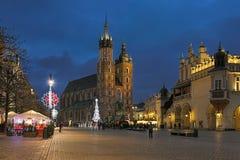 克拉科夫大广场有圣诞节市场的在黄昏,波兰 免版税库存图片