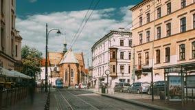 克拉科夫波兰 在多米尼加共和国的正方形附近的电车行动 交通和方济会修士圣法兰西斯修道院和大教堂  股票录像