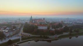 克拉科夫波兰 Wawel皇家城堡和大教堂,维斯瓦河 有历史的教会的克拉科夫老市的 股票录像