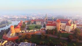 克拉科夫波兰 Wawel皇家城堡和大教堂,维斯瓦河 有历史的教会的克拉科夫老市的 股票视频