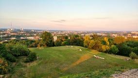 克拉科夫都市风景,波兰 从在远处的看法,与人的美好的sammer日落休息的 免版税库存照片