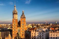 克拉科夫,从历史的城市上的看法有圣玛丽` s大教堂的 库存照片