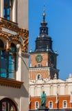 克拉科夫,波兰城镇厅塔,布料霍尔,脱离廉价公寓 免版税库存图片