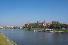 克拉科夫,波兰走维斯瓦河的01/10/2017人有一幅全景 免版税库存图片