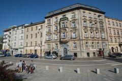 克拉科夫,波兰通过在一个偶象大厦旁边的01/10/2017人街市 免版税库存照片