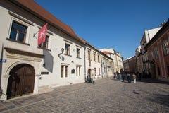 克拉科夫,波兰通过在Jhon保禄二世过去常常居住的大厦旁边的01/10/2017人 库存图片