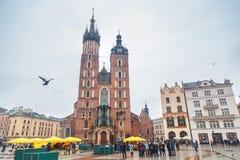 克拉科夫,波兰,欧洲- 2017年2月05日:主要集市广场和布料霍尔在克拉科夫,波兰,欧洲 图库摄影