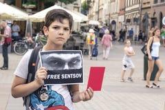 克拉科夫,波兰, 2018年6月01日,有一张海报的A小男孩在他的 免版税库存照片