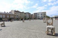 克拉科夫,波兰, 7月3日:在Plac在犹太人的Bohaterow Getta的椅子 库存图片