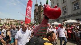 克拉科夫,波兰-巨大龙游行是一次年会致力城市的标志,在2000年首先举行了 股票视频