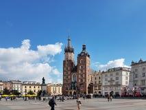 克拉科夫,波兰- 09 13 2017年:在雨以后的早晨镇 与Mariacki寺庙的中心城市正方形 库存照片