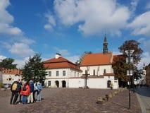 克拉科夫,波兰- 09 13 2017年:在雨以后的早晨镇 晴朗明亮的日 波兰国王城堡  免版税库存图片