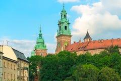 克拉科夫,波兰- 2017年8月14日:克拉科夫,高砖塔-在蓝天背景的Wawel城堡 库存照片