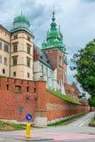 克拉科夫,波兰- 2017年8月13日:克拉科夫,高砖塔-在蓝天背景的Wawel城堡 免版税库存照片