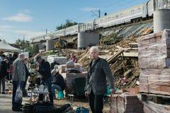 克拉科夫,波兰- 2019年9月21日:卖主在街道旧货市场谈判他们的物品靠近火车线  免版税库存图片